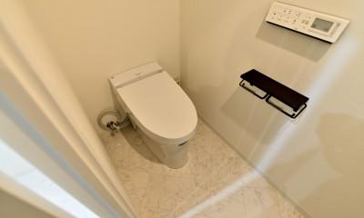 マリンブルー壁×チェリー床。素材に溢れた1LDK+WIC住まい (タンクレストイレ)