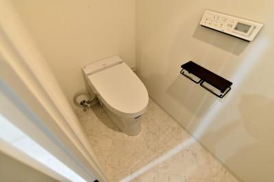 タンクレストイレ (マリンブルー壁×チェリー床。素材に溢れた1LDK+WIC住まい)
