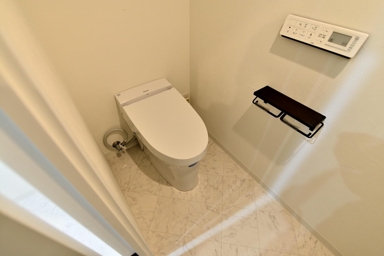 バス/トイレ事例:タンクレストイレ(マリンブルー壁×チェリー床。素材に溢れた1LDK+WIC住まい)