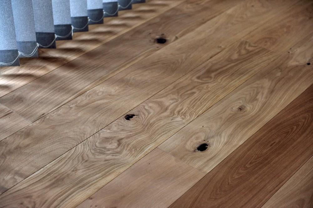マリンブルー壁×チェリー床。素材に溢れた1LDK+WIC住まい (節目の表情が独特なチェリー床)