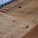 マリンブルー壁×チェリー床。素材に溢れた1LDK+WIC住まいの写真 節目の表情が独特なチェリー床