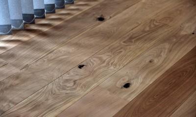 節目の表情が独特なチェリー床|マリンブルー壁×チェリー床。素材に溢れた1LDK+WIC住まい