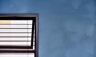 マリンブルー壁×チェリー床。素材に溢れた1LDK+WIC住まい (マリンブルーの塗装璧)