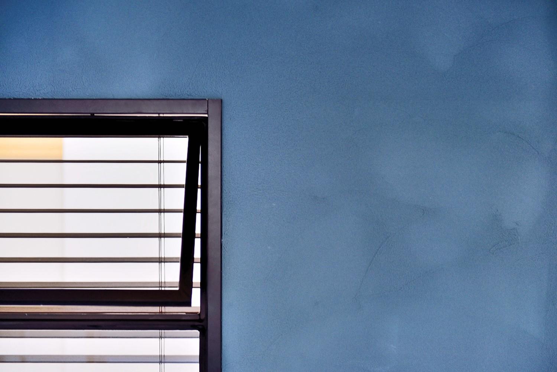 リビングダイニング事例:マリンブルーの塗装璧(マリンブルー壁×チェリー床。素材に溢れた1LDK+WIC住まい)