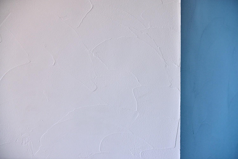 リビングダイニング事例:自然な塗りムラが特徴的な珪藻土の壁・天井(マリンブルー壁×チェリー床。素材に溢れた1LDK+WIC住まい)