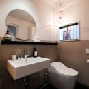 建築家と二人三脚で作り上げた、ラチス梁が美しい家。の写真 ホテルライクな1階トイレ