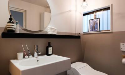 建築家と二人三脚で作り上げた、ラチス梁が美しい家。 (ホテルライクな1階トイレ)