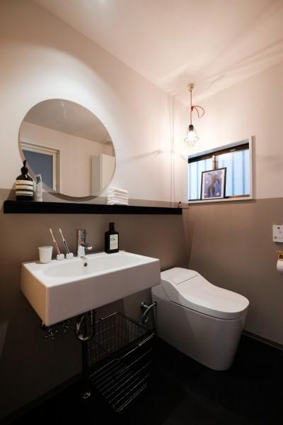 ホテルライクな1階トイレ (建築家と二人三脚で作り上げた、ラチス梁が美しい家。)