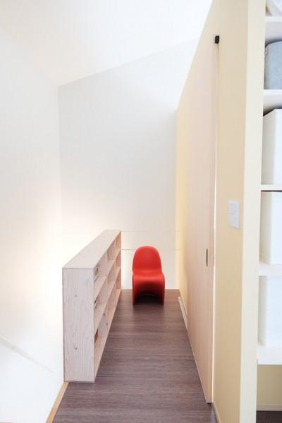 建築家と二人三脚で作り上げた、ラチス梁が美しい家。 (ライブラリーも兼ねた2階踊り場)
