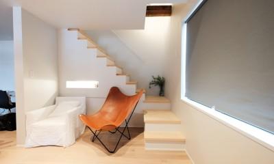 建築家と二人三脚で作り上げた、ラチス梁が美しい家。 (玄関ホールとつながるリビング)