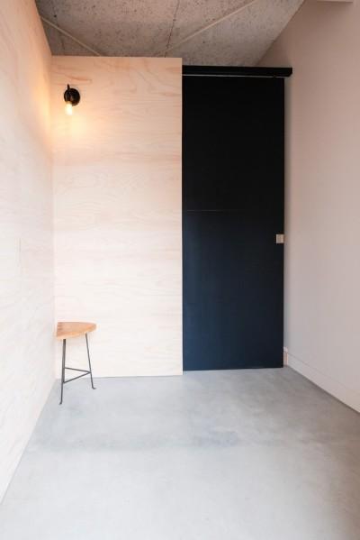 ミニマムな印象の玄関土間 (建築家と二人三脚で作り上げた、ラチス梁が美しい家。)