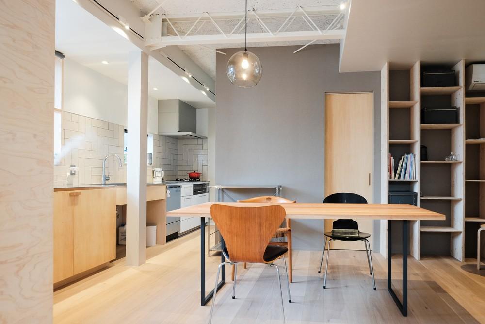 機能的にゾーニングされたLDK (建築家と二人三脚で作り上げた、ラチス梁が美しい家。)