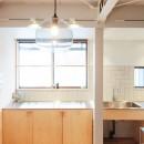 建築家と二人三脚で作り上げた、ラチス梁が美しい家。の写真 大きな窓が気持ちよいキッチン