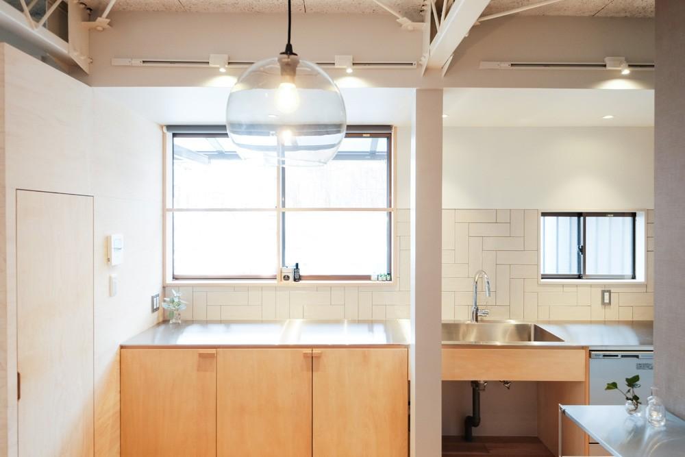 建築家と二人三脚で作り上げた、ラチス梁が美しい家。 (大きな窓が気持ちよいキッチン)