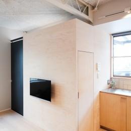 建築家と二人三脚で作り上げた、ラチス梁が美しい家。-キッチン横のパントリー