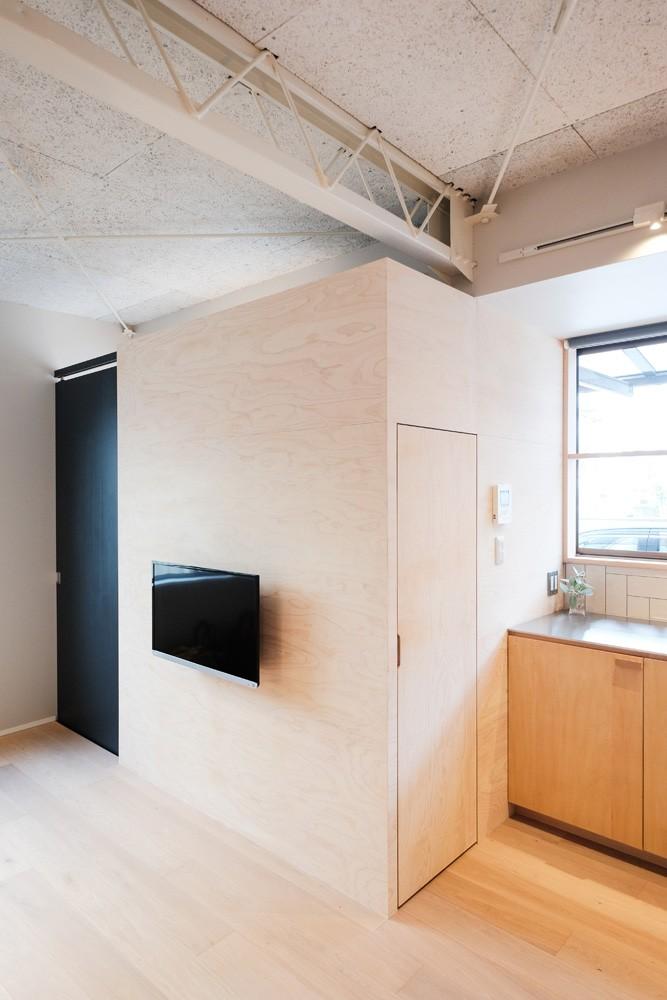 建築家と二人三脚で作り上げた、ラチス梁が美しい家。 (キッチン横のパントリー)