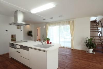 キッチン・ダイニング (白の家ー家族が集う家、カナダの思い出)