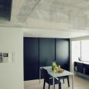 名古屋のアトリエ~マスキング塗装を施した既存コンクリート壁~の写真 リビングよりダイニングを見る