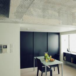 名古屋のアトリエ~マスキング塗装を施した既存コンクリート壁~ (リビングよりダイニングを見る)