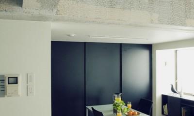 リビングよりダイニングを見る|名古屋のアトリエ~マスキング塗装を施した既存コンクリート壁~