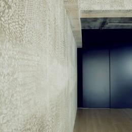 名古屋のアトリエ~マスキング塗装を施した既存コンクリート壁~ (アトリエの壁)