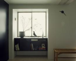 名古屋のアトリエ~マスキング塗装を施した既存コンクリート壁~ (ダイニングより窓を見る)