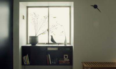 ダイニングより窓を見る|名古屋のアトリエ~マスキング塗装を施した既存コンクリート壁~