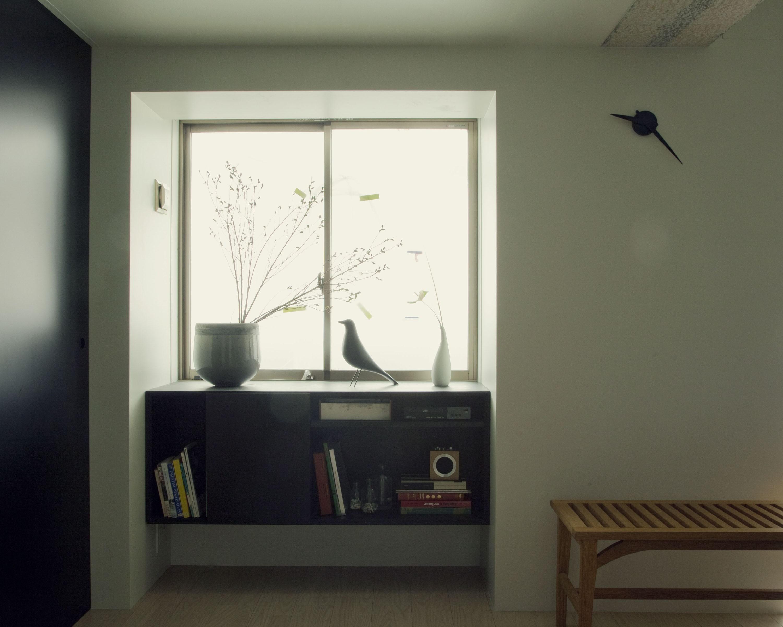 リビングダイニング事例:ダイニングより窓を見る(名古屋のアトリエ~マスキング塗装を施した既存コンクリート壁~)