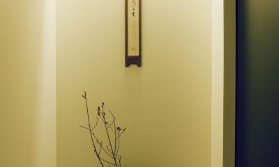 玄関廊下の飾棚|名古屋のアトリエ~マスキング塗装を施した既存コンクリート壁~