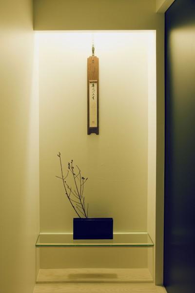 名古屋のアトリエ~マスキング塗装を施した既存コンクリート壁~ (玄関廊下の飾棚)
