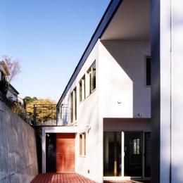 地平線の見える崖地の家 (ウッドデッキのあるアプローチ空間)
