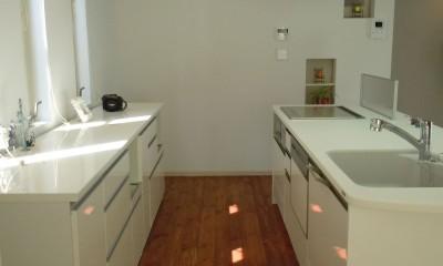 2,4mのキッチン収納|白の家ー家族が集う家、カナダの思い出