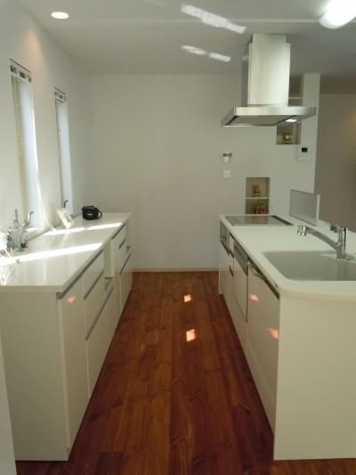 2,4mのキッチン収納 (白の家ー家族が集う家、カナダの思い出)