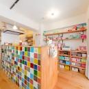 レトロポップなカラフルハウスの写真 キッチン