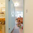 レトロポップなカラフルハウスの写真 廊下