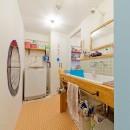 レトロポップなカラフルハウスの写真 洗面