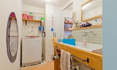 レトロポップなカラフルハウス (洗面)
