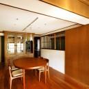 ご実家の素敵な雰囲気を活かして、地方に暮らしながらリノベーション。の写真 入口にもつけた室内窓