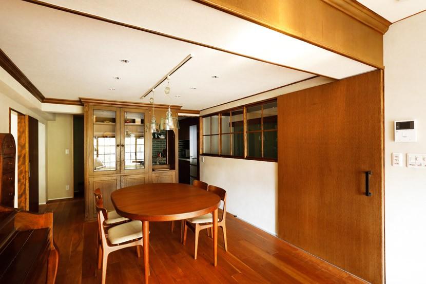 ご実家の素敵な雰囲気を活かして、地方に暮らしながらリノベーション。 (入口にもつけた室内窓)
