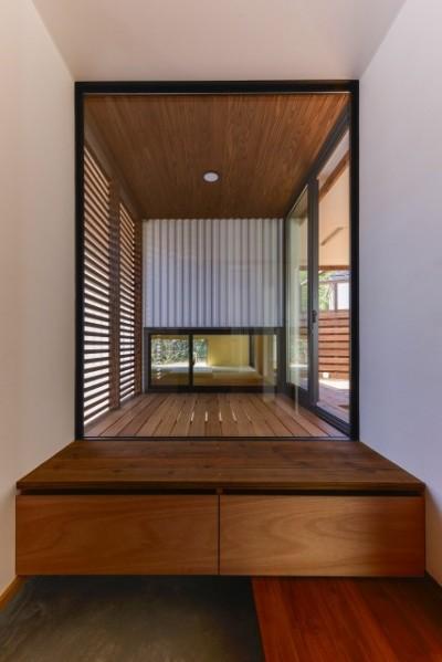 宝塚の家-private cafe- (宝塚の家 玄関下駄箱ベンチ)