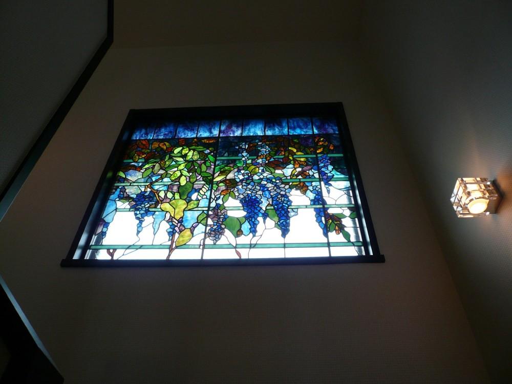 ステンドグラス工房 サンプラン制作「ステンドグラス、ウイステリア(藤の花) 習志野市、鉄筋3階建てのFix窓へ設置しました。」