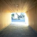 木造町の離れの写真 墨入りモルタル平板を敷き込んだ駐車場