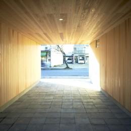 木造町の離れ (墨入りモルタル平板を敷き込んだ駐車場)