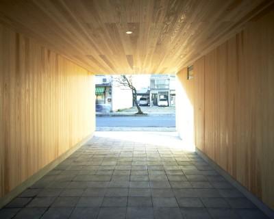 墨入りモルタル平板を敷き込んだ駐車場 (木造町の離れ)