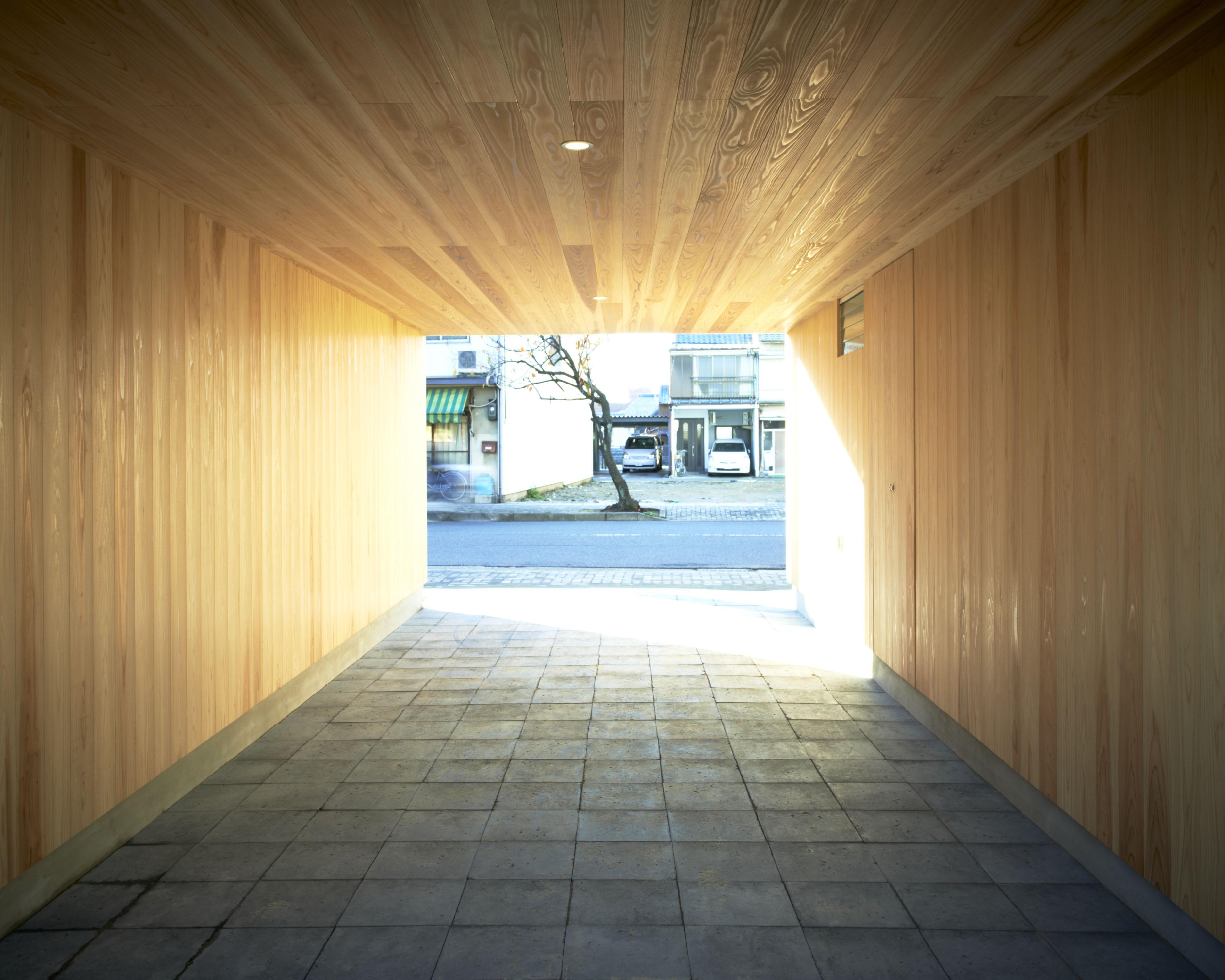 その他事例:墨入りモルタル平板を敷き込んだ駐車場(木造町の離れ)