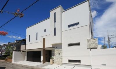 モダン・リゾートスタイルの白いコートハウス