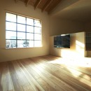木造町の離れの写真 居間スペースよりスチールサッシを通して外を見る。