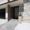 モダン・リゾートスタイルの白いコートハウスの写真 玄関アプローチ