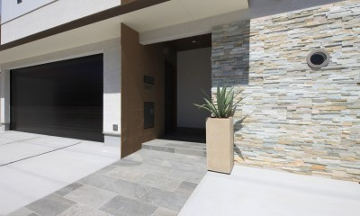 玄関アプローチ|モダン・リゾートスタイルの白いコートハウス