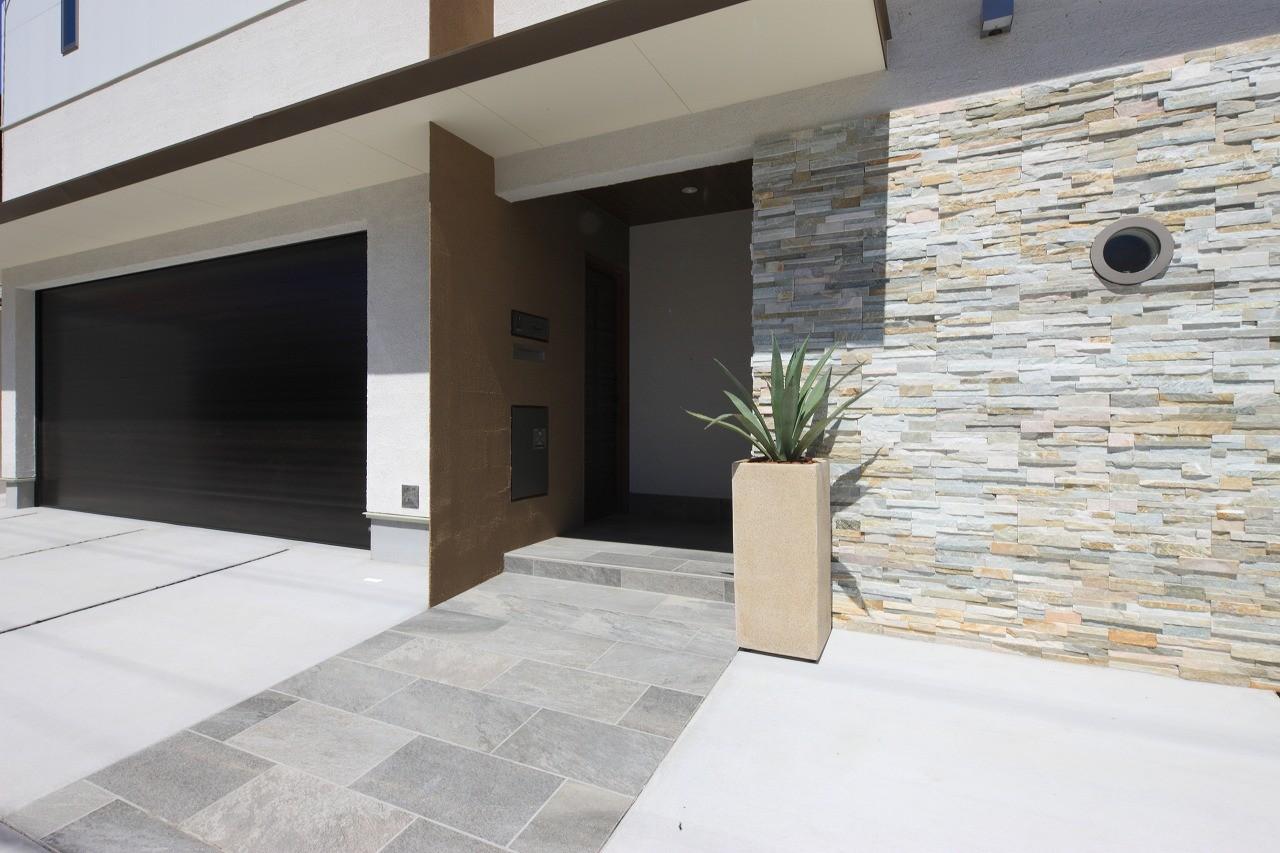 外観事例:玄関アプローチ(モダン・リゾートスタイルの白いコートハウス)